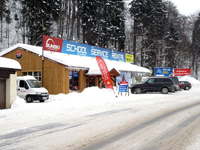 Magasin de location de ski Sun ski & board school, Spindleruv Mlyn à Hromovka (Gegenüber Talstation Sessellift)