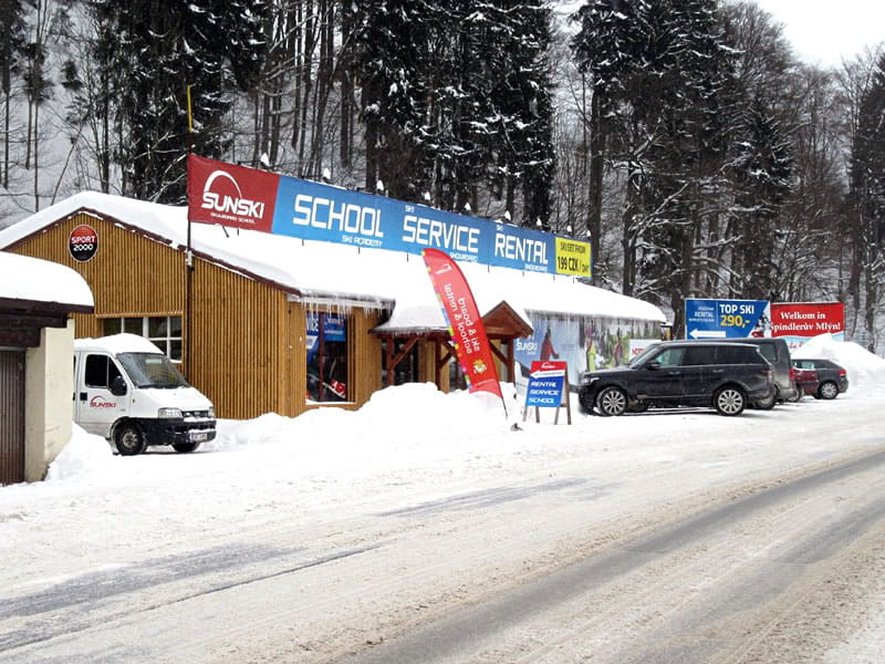 Magasin de location de ski Sun ski & board school, Hromovka (Gegenüber Talstation Sessellift) à Spindleruv Mlyn