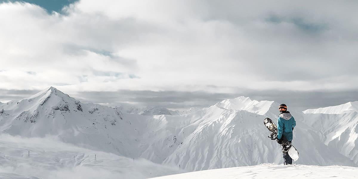 Flexible dans les sports d'hiver. Louez des skis, des snowboards, du matériel de sport fun, etc. et profitez de vos vacances.